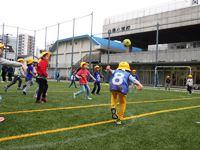 和朋友一起踢足球